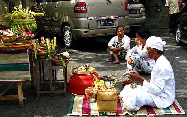 balinese praying